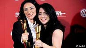 Yasemin (left) and Nesrin Samdereli at the German Film Prize in Berlin