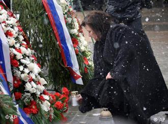 Anna Komorowski polaže vijenac pred 'krivom' pločom