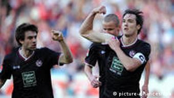 Kad postigne gol, Lakić pokazuje mišiće