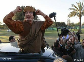 Libyan leader Moammar Gadhafi waves at his supporters people in Tripoli, Libya, Sunday, April 10, 2011. Envoys from the African Union, including South African president Jacob Zuma , are to hold talks with Gadhafi and rebels during a two-day visit beginning Sunday, as the African Union made a new call for a ceasefire between Colonel Gadhafi's forces and Libyan rebels. (Foto:Pier Paolo Cito/AP/dapd)