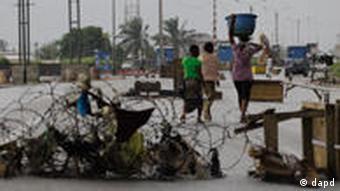 Zivilisten an Straßensperren (Foto:Rebecca Blackwell/AP/dapd)