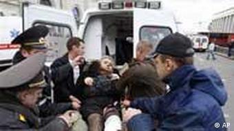 Пострадавшую от взрыва в минском метро переносят в машину скорой помощи