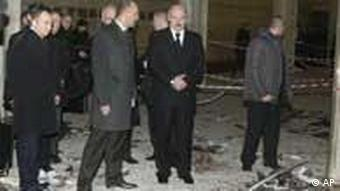 Belarus President Alexander Lukashenko, second right, accompanied by his bodyguards looks at the blast site inside the Oktyabrskaya subway station in Minsk, Belarus, on Monday, April 11, 2011. An explosion tore through a subway station in the Belarusian capital during evening rush hour Monday, and an official in the presidential administration said there were fatalities. (Foto:Andrei Stasevich, BelTA, pool/AP/dapd)
