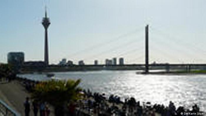 Blick auf Rhein und Hafen von Düsseldorf