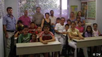 The teacher Ilira Drew (Ilira Ndrio) among her pupils and their parents after the lesson. Foto: DW/Nikos Anagnostou in the Albanian School of Athens, on 19/9/2010.
