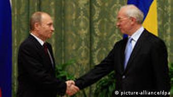 Wladimir Putin und Mykola Asarow reichen einander die hand (Foto: dpa)