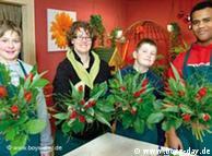 لڑکے پھول فروخت کرنے کے شعبے میں عملی تجربہ حاصل کرتے ہوئے