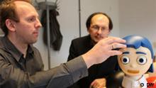 Fotograf: Alexander Freund (DW) Datum: März 2011 Ort: Bielefeld Bild: Der Bielefelder Robotik-Professor Helge Ritter (hinten) und der Flobi- Entwickler Dr. Frank Hegel
