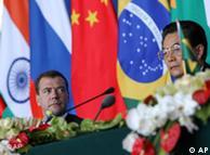 Dimitri Medvedev e Hu Jintao durante encontro dos Bric na China