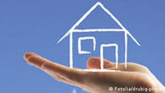 Символическое фото: нарисованный домик на ладони