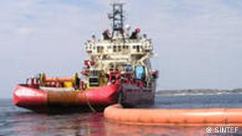 Nach einem Ölunfall ist die Technologie von SINTEF gefragt, wie Sperren zum Eingrenzen von Öl.