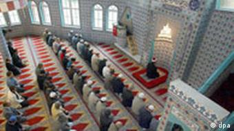 Gläubige Muslime in einer Essener Moschee (Foto: dpa)