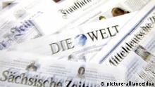 Illustration - Verschiedene deutsche Tageszeitungen, wie Mitteldeutsche Zeitung, Sächsische Zeitung, Die Welt, Frankfurter Allgemeine, liegen zur Presseschau bereit, aufgenommen am 23.11.2009 in Leipzig (Wischeffekt). Foto: Jan Woitas