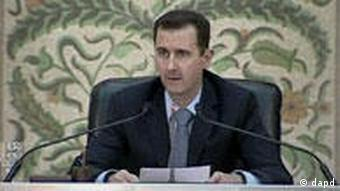 In this image from Syrian state television President Bashar Assad makes a speech in front of his cabinet in Damasus, Syria Saturday April 16 2011. Assad said he expects the government to lift the country's decades-old emergency laws next week. Lifting the state of emergency has been a key demand during a wave of protests over the past four weeks, which have posed the most serious challenge yet to Assad's authoritarian regime. (Foto: Syrian TV via APTN/AP/dapd) TV OUT