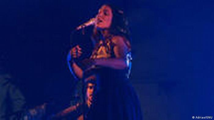 Fado-Sängerin Deolinda bei einem Auftritt (Foto: Adriao/GNU)