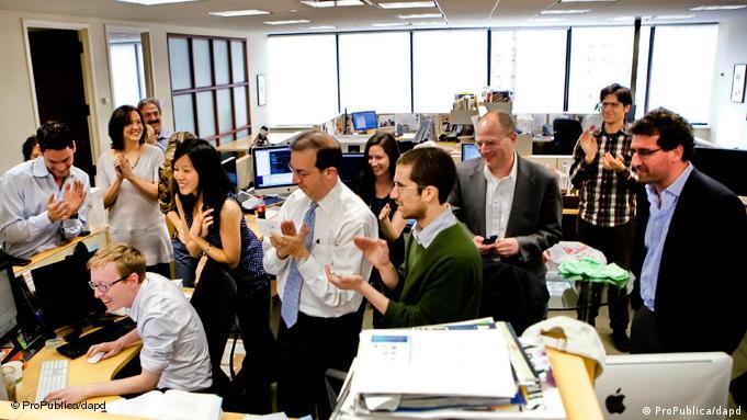 شادی خبرنگاران پروپابلیکا (ProPublica) در دفتر این سایت به هنگام دریافت خبر بردن جایزهی پولیتزر