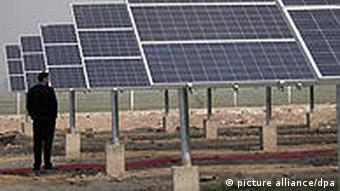 The First Megawatt Scale Solar Power Plant of India in the backdrop at the village of Awan, about 50 kms from the northern Indian city of Amritsar, 15 December 2009. Azure Power, which is an Independent Power Producer (IPP) has started operating the first privately operated, utility-scale, 2MW solar power plant in India at Awan. The project is the first Megawatt scale Solar Photovoltaic power plant in the country on Build, Own, Operate (BOO) basis. Foto: EPA/RAMINDER PAL SINGH