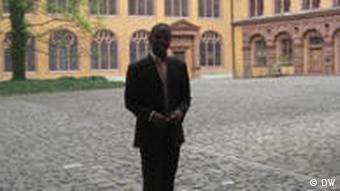Yves Manzanza im Innenhof der juristischen Fakultät Würzburg (Foto: DW)