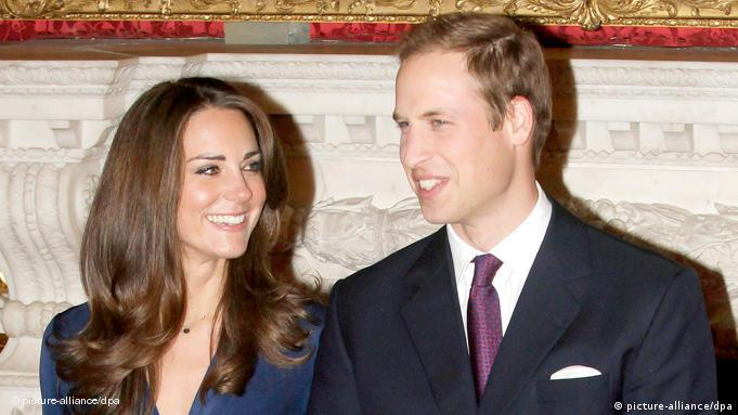 ARCHIV - Britain's Prince William (R) and Kate Middleton (L) pose for photographs during a photocall to mark their engagement in the State Rooms of St James's Palace in London, Britain, 16 November 2010. Prince William, second in line to the throne, is to marry his long-term girlfriend Kate Middleton next Spring or Summer and lives in north Wales, where he is serving with the RAF. Photo: EPA/STR (zu dpa Jahreschronik - Die wichtigsten Ereignisse des Jahres 2010) +++(c) dpa - Bildfunk+++