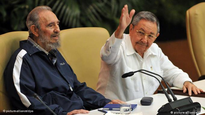 epa02694872 Cuban leader Fidel Castro (L) and his brother and Cuban President Raul Castro (R) attend the closing session fof 6th Congress of the party in Havana, Cuba, 19 April 2011. Raul Castro was elected as new First Secretary of Communist Party of Cuba. EPA/Alejandro Ernesto +++(c) dpa - Bildfunk+++