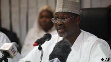 Attahiru Jega, Independent National Electoral Commission Chairman, declares Nigeria's incumbent President Goodluck Jonathan as the winner of last Saturday's presidential election, in Abuja, Nigeria, Monday, April 18, 2011. Jonathan clinched the oil-rich country's presidential election Monday, as rioting by opposition protesters in the Muslim north highlighted the religious and ethnic differences still dividing Africa's most populous nation. (Foto:Sunday Alamba/AP/dapd)