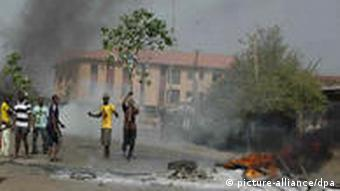 Nigeria Unruhen Wahlen Jugendliche epa02694632 A photograph made available 19 April 2011 shows Nigerian youths riot near a burning barricade in Kaduna in northern Nigeria, 18 April 2011. Riots broke out across the north of Nigeria as the results of presidential elections indicated incumbent president Goodluck Jonathan the winner. Homes of supporters of president Jonathan were attacked in cities across the north and thousands have been displaced. President Jonathan has appealed for an end to the violence and imposed a curfew. EPA/STR +++(c) dpa - Bildfunk+++