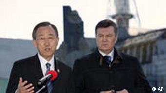 Ukraine Tschernobyl Ban Ki-moon und Präsident Wiktor Janukowytsch am Atomkraftwerk Reaktor Nummer 4 April 2011