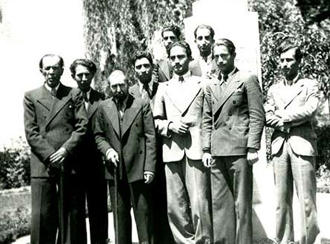 بهار (ردیف اول، سمت چپ) در کنار بدیعالزمان فروزانفر و گروهی از دانشجویان ادبیات