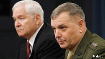 جیمز کارترایت، معاون ستاد مشترک ارتش آمریکا (راست) و رابرت گیتس، وزیر دفاع ایالات متحده