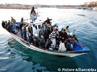 Barco com refugiados chega à ilha de Lampedusa, fronteira externa da UE