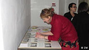 Посетители выставки Белорусская весна подписывают открытки политзаключенным
