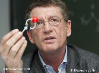 البرفيسور برنارد ريغر: عالم كيميائي متخصص في كيمياء البوليمرات (كيمياء الجزيئات الكبيرة)، يعمل أستاذا في الجامعة التقنية في ميونيخ.