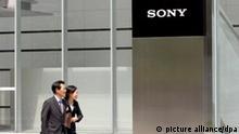 ARCHIV - Der Hauptsitz von Sony in Tokio (Archivfoto vom 21.06.2007). Daten-GAU bei Sony: Hacker haben Informationen von Millionen Nutzern der Online-Dienste des Konzerns erbeutet. Es geht um Adressen, Passwörter und möglicherweise auch Kreditkarten-Nummern, warnte Sony die mehr als 75 Millionen Nutzer des PlayStation Network und des Video- und Musikservices Qriocity. Es könnte einer der größten Datenklaus der Geschichte werden. Der japanische Elektronik-Riese hatte nach dem Hacker-Angriff vor einer Woche einfach den Stecker gezogen und die Dienste komplett abgeschaltet. Foto: EPA/ROBERT GILHOOLY +++(c) dpa - Bildfunk+++