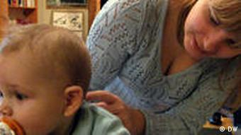 Александра Озолинь с ребенком