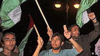 شادی طرفداران فتح و حماس در پی قرارداد آشتی میان طرفین