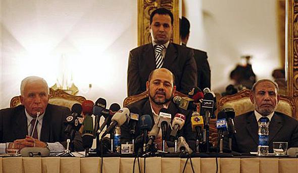 عزام الاحمد، رئیس هیأت نمایندگی فتح (راست) و موسی ابومرزوق، نماینده حماس (چپ)