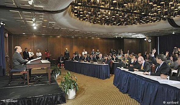 Bernanke sitzt Journalisten gegenüber (Foto: ap/dapd)