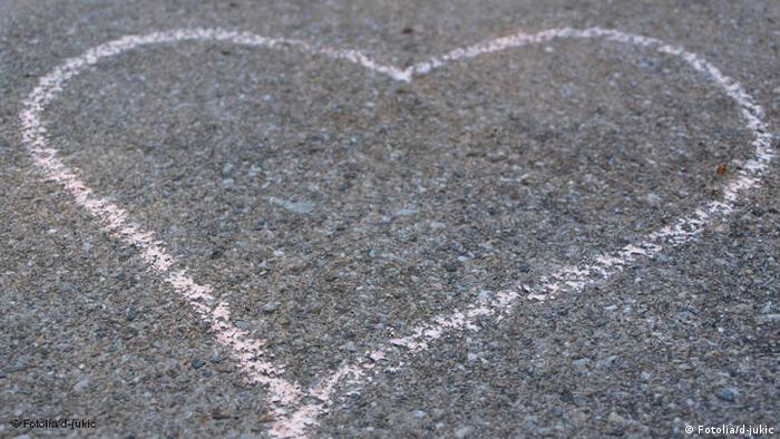 A heart drawn on the street with chalk (Photo: Fotolia)