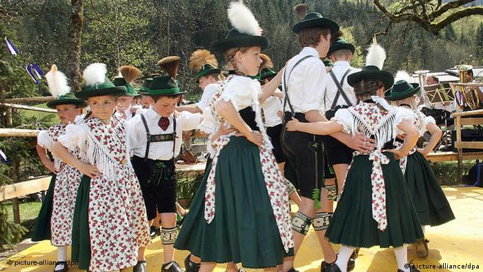 Children dressed in traditional costumes (Photo: picture-allianz/Ursula Düren)