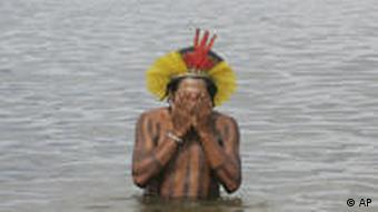 Protesta de los indígenas de la región del río Xingú contra la central eléctrica Belo Monte.