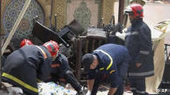 Rescue workers stand by a victim of an explosion which ripped through a cafe popular among foreign tourists in the Moroccan city of Marrakech, Thursday, April, 28, 2011 killing and wounding people in what the government called a suspected criminal act. If confirmed as terrorism, the blast in the iconic Djemma el-Fna square would be Morocco's deadliest bombing in eight years. (Foto:Tarik Najmaoui/AP/dapd)