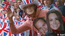 Royal fans wearing a Kate Middleton mask, right, a Prince William mask, 2nd right, and a Queen Elizabeth mask wait on London's The Mall for the wedding cortege of Prince William and his bride to be Kate Middleton to pass by coming from nearby Westminster Abbey, Friday April 29, 2011, 2011. (Foto:Max Nash/Pool/AP/dapd)