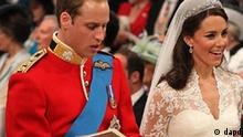 Britian's Prince William, left, and Kate Middleton with her father Michael Middleton singing during their wedding at London's Westminster Abbey, Friday April 29, 2011. (Foto:Dominic Lipinski, Pool/AP/dapd)