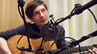 Andreas Spechtl during a live performance at DW's studio in Berlin (c) DW