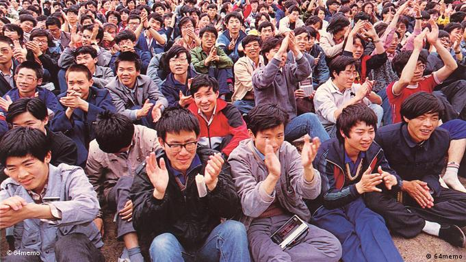 April 24, 1989 was the first day of the city-wide class strike for almost all colleges in Beijing. Over the next days, the students boycott classes and organize into unofficial student unions. In that afternoon, the Preparatory Committee at Peking University called for a formal student assembly at an athletic field on campus. Thousands of students attended to dissolve the official student union and vote for their own. Copyright: 64memo, Quelle: Juan Ju, DW