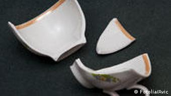 Eine in drei Teile zerbrochene Tasse
