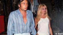 ARCHIV: Die Schauspielerin Brigitte Bardot und ihr Mann Gunter Sachs, aufgenommen im August 1966. Der Fotograf Gunter Sachs ist tot. Der 78-Jaehrige erschoss sich am Samstag (07.05.11) in seinem Haus in Gstaad in der Schweiz, wie ein Polizeisprecher der Nachrichtenagentur dapd am Sonntag (08.05.11) sagte. (zu dapd-Text) Foto: AP/dapd