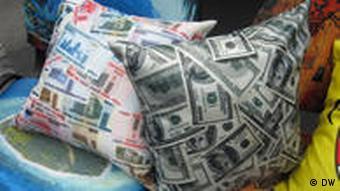 Подушки с изображенными на них белорусскими рублями и долларами