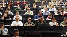 Blick in einen Hoersaal der Duesseldorfer Universitaet am Mittwoch, 29. Mai 2002. Etwa 1.000 Studenten protestierten auf den Strassen in Duesseldorf und Essen am Mittwoch gegen Studiengebuehren, die angeblich ab 2003 in Nordrhein-Westfalen eingefuehrt werden sollen. (AP Photo/Frank Augstein)