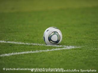 Ein Fußball auf dem Rasen